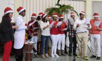 Studentenkoort zingt tijdens de kerstviering